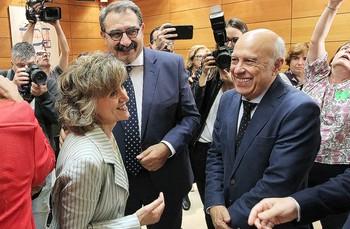 La ministra en funciones María Luisa Carcedo con el consejero castellano-manchego, Jesús Fernández Sanz (centro).