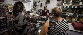 Dos mujeres compran en el interior de una tienda de alimentación de un municipio de Soria.
