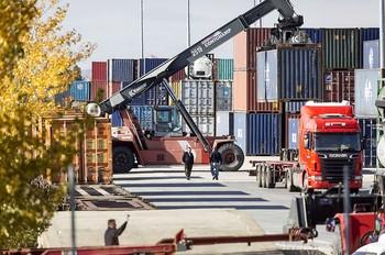 Movimiento de contenedores en el Puerto Seco de Villafría (Burgos). /