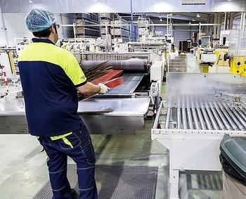 Un trabajador de la Comunidad en el interior de una fábrica.