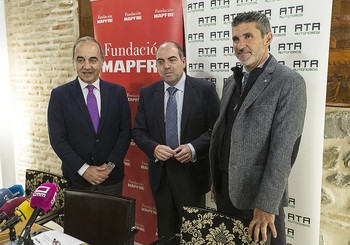El representante de la Fundación Mapfre, Emilio Selas, con Lorenzo Amor (ATA España) y Perea (ATA CLM)