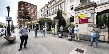 Una docena de profesionales de agencias de viajes, principalmente empresas independientes, se concentraron ayer ante la Subdelegación del Gobierno para llamar la atención sobre la situación del sector.