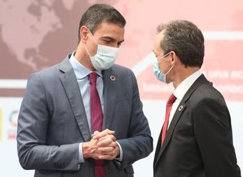 El Presidente del Gobierno, Pedro Sánchez (i), mantiene una conversación con el ministro de Ciencia e Innovación, Pedro Duque.