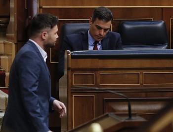 El portavoz de ERC en el Congreso, Gabriel Rufián, por delante de Pedro Sánchez.