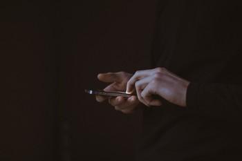 Los internautas usan el móvil 48 días completos al año