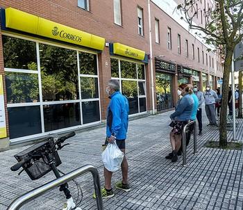 Cola ante la oficina de Correos de la avenida de Castilla y León.