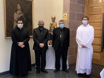El obispo, con religiosos de la orden benedictina y del Instituto del Verbo Encarnado