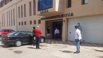 Miembros de la plantilla y del cuerpo técnico del Socuéllamos, aguardando a pasar los test en Alcázar.