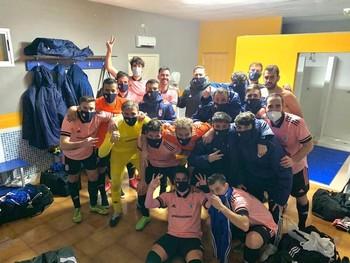 Los jugadores del CD Cazalegas-Ébora Formación celebran el triunfo.