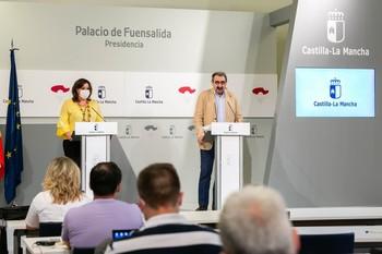 El consejero de Sanidad, Jesús Fernández Sanz, compareció en rueda de prensa junto a la titular regional de Economía, Patricia Franco.