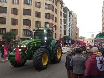 Miles de personas se manifiestan en León contra la despoblac