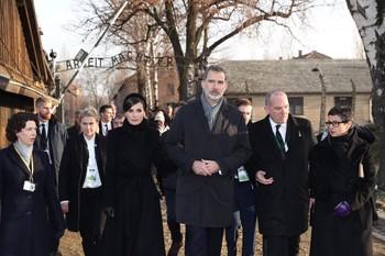 Los Reyes y la ministra de Asuntos Exteriores, Arancha González Laya (1d), tras la ceremonia de conmemoración del 75º aniversario de la liberación del campo de concentración y exterminio de Auschwitz-Birkenau