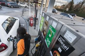 Llenar el depósito de diésel vale 3,4€ menos que en enero