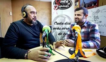 Alberto Guerrero y Mario Llorente, locutor y director de Onda El Espinar, respectivamente, en una imagen de archivo.