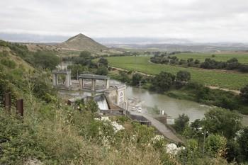 Imagen del Ebro a su paso por El Cortijo, en la zona de la central hidroeléctrica.