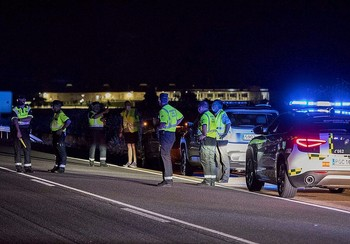 Agentes de la Guardia Civil en el lugar donde ocurrió el accidente mortal en la provincia salmantina