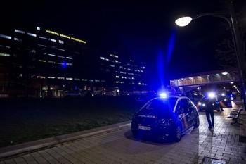 Un coche de la Policía Nacional, delante del Hospital General.