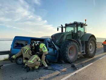Tres muertos en un choque entre una furgoneta y un tractor