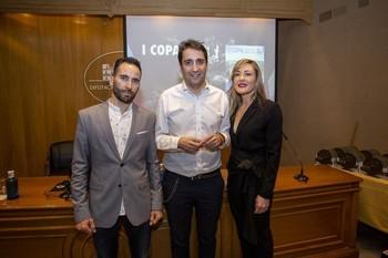 'Lucho' Muñoz y Raquel Padilla, ganadores de la General, posan con DanielSancha en la gala.