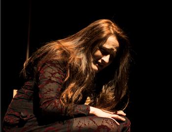 Cristina Izquierdo Pozo encarna a todos los personajes.