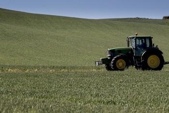 Mil agricultores y ganaderos de CLM se quedan sin ayudas