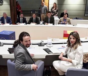 Iglesias y la ministra de Trabajo, durante la reunión con las organizaciones agrarias.