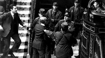 Varios guardias civiles zarandean al vicepresidente Gutiérrez Mellado (c) ante la indignación de Suárez (i).