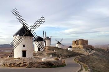 Imagen de los molinos y castillo de Consuegra, en Toledo.