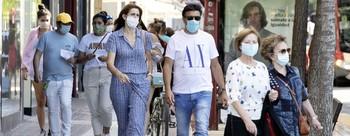 Ciudadanos logroñeses pasean por Vara de Rey con mascarilla.