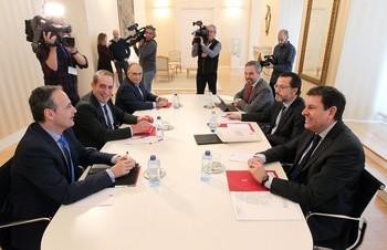 El consejero de Economía y Hacienda, Fernández Carriedo (d), participa en la reunión con consejeros de Andalucía, Ceuta, Galicia, Madrid y Murcia.