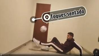 Técnica de fútbol en una habitación