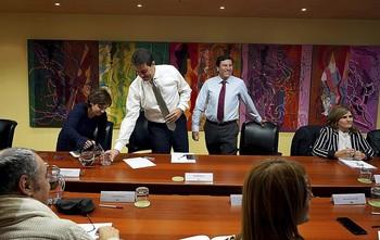 Los consejeros Ángel Ibáñez (i) y Fernández Carriedo, en una reunión con sindicatos celebrada hace unos meses.