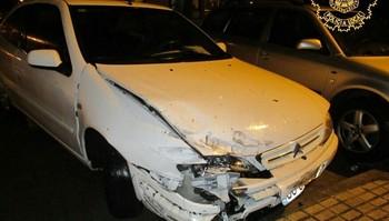 La parte frontal del vehículo implicado sufrió importantes daños tras el choque.