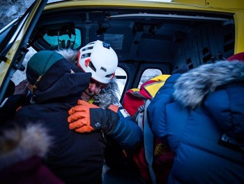 Óscar Cardo se despide de sus compañeros antes de ser evacuado a un hospital.