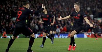 Marcos Llorente (d) celebra con Álvaro Morata el gol de la victoria ante el Liverpool.