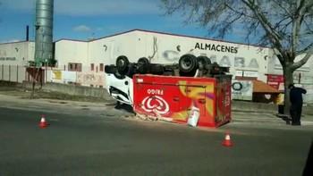 El camión frigorífico ha quedado 'ruedas arriba' sobre la acera frente a Almacenes Cámara.
