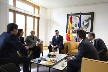 El presidente del Gobierno, Pedro Sánchez (c), con los líderes de Francia, Alemania, Italia, Luxemburgo, Bélgica, Portugal y Grecia, en Bruselas