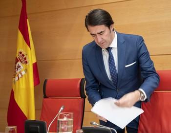 El consejero de Fomento y Medio Ambiente, Juan Carlos Suárez-Quiñones, comparece a petición propia ante la Comisión de Fomento y Medio Ambiente de las Cortes.