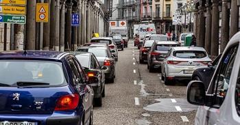 Un atasco de vehículos en una céntrica calle de la capital vallisoletana.