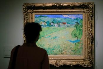 Una mujer observa el cuadro 'Les Vessenots en Auvers' de Van Gogh en la exposición 'Expresionismo alemán'.