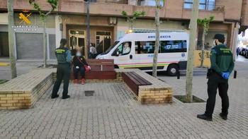 Cuerpos de la Guardia Civil en La Rioja, junto a una ambulancia.