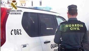 Un agente y un vehículo de la Guardia Civil