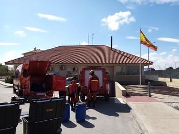 Los Bomberos desinfectan cuarteles de la Guardia Civil