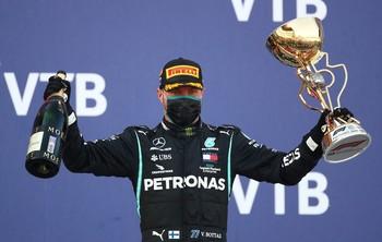 Bottas aprovecha la sanción de Hamilton en Sochi