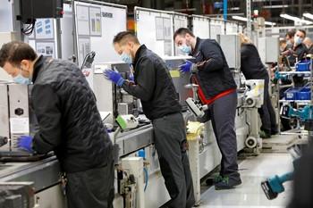 La producción industrial nacional cae en abril un 33,6%