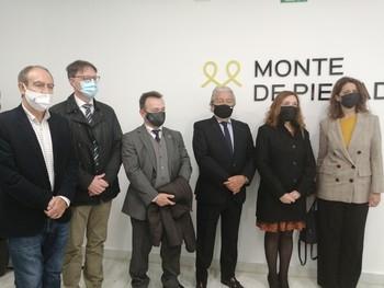 Autoridades asistentes a la inauguración de la oficina Monte de Piedad de la Fundación Bancaja.