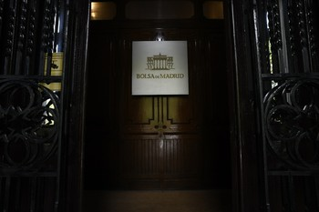 La Bolsa española sube por encima de los 7.700 enteros