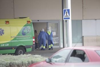 Sanitarios en la entrada a urgencias en una imagen de archivo.