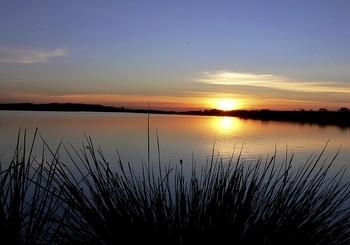 Puesta de sol en el Lago de As Pontes, una vez se rellenó la escombrera