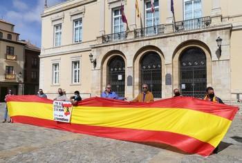 Los concentrados desplegaron una bandera de España en la plaza Mayor.